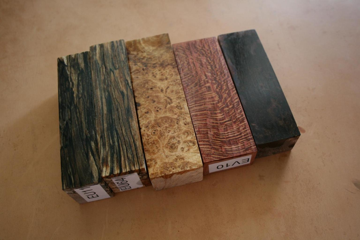 Verschiedene stabilisierte Holzblöcke für handgefertigte Messer